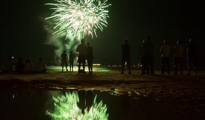 Sfeermoment van toeschouwers tijdens Vuurwerkfestival Scheveningen